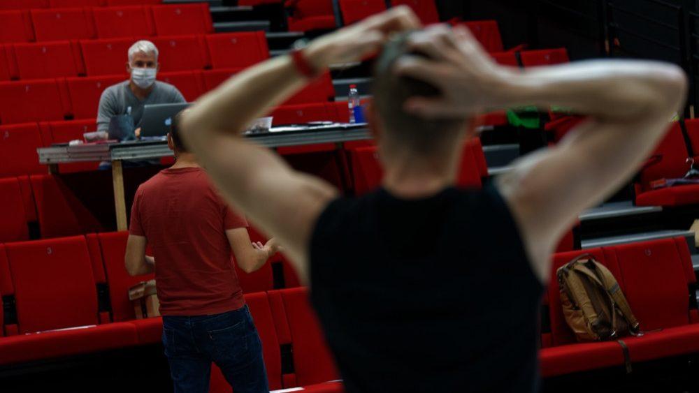 photo de répétitions Mais regarde toi par le collectif quatre ailes avec Frédéric Chevaux